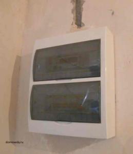 электрощит в стене