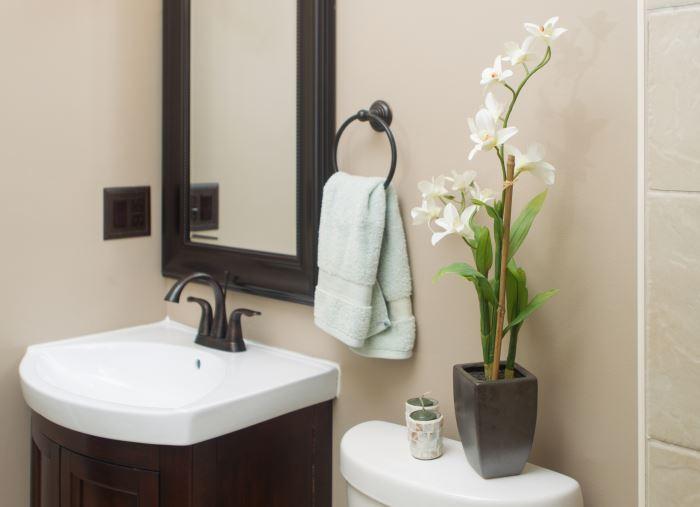 белая орхидея в ванной фото
